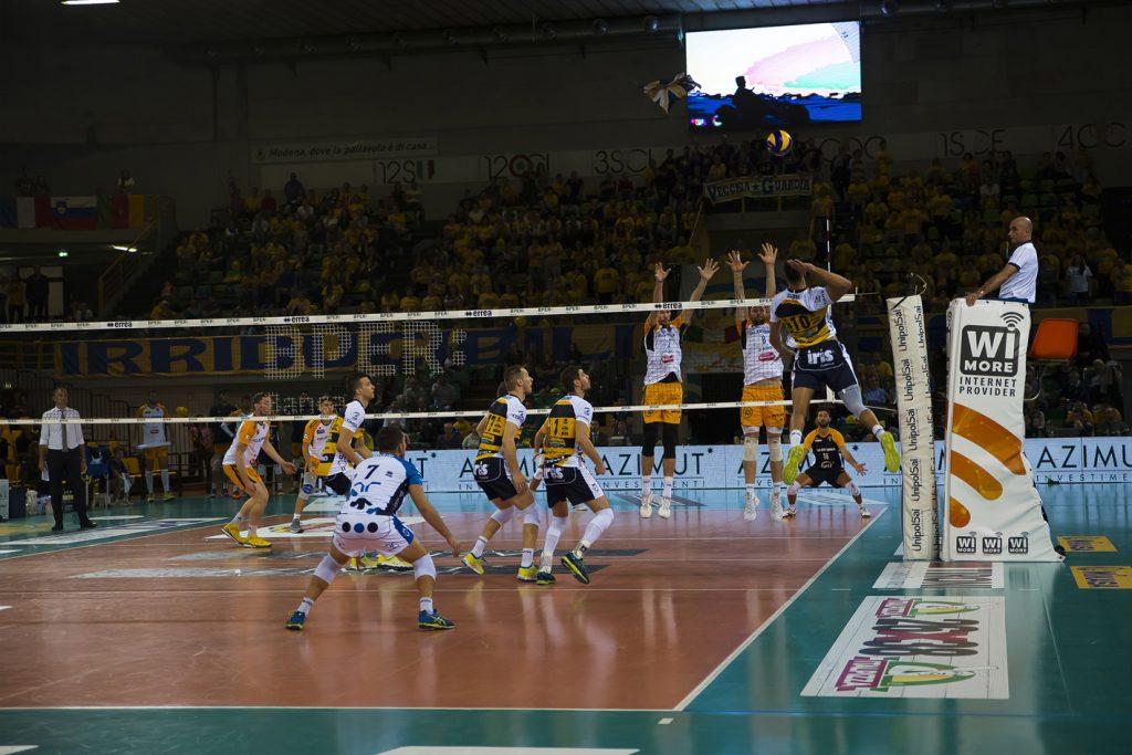 Azimut Modena volley attacca.